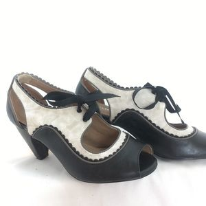 Black and white Chelsea Crew oxford heel sz 38